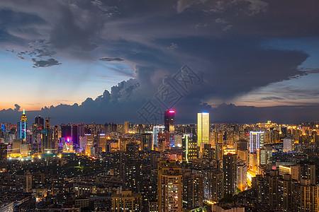 台风降临前乌云密布的城市天空图片
