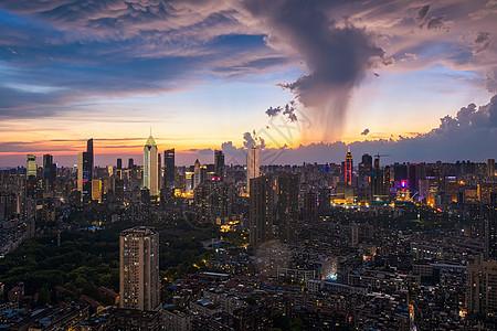 台风暴雨极端天气下的城市夜景风光图片