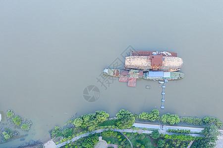航拍长江边满载货物的物流轮船图片