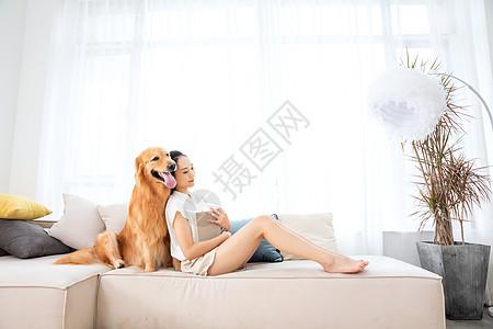 美女和宠物相伴休息图片
