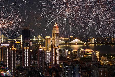烟花四溢的城市璀璨夜景图片