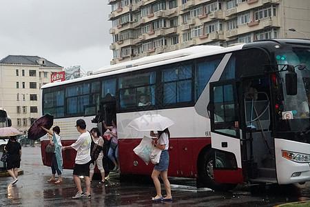 2019年8月9日上海,利奇马台风天气公交出行的市民【媒体用图】图片