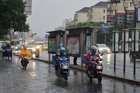 2019年8月10日上海,利奇马台风天气小哥雨中送外卖【媒体用图】图片
