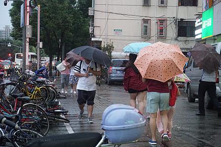 2019年8月9日上海,利奇马台风暴雨天气出行的市民【媒体用图】图片