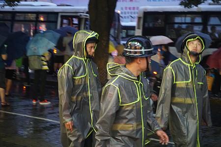 2019年8月9日上海,利奇马台风突袭消防员出行排查安全隐患【媒体用图】(仅限媒体用图使用,不可用于商业用途)图片