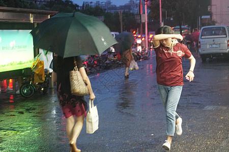 2019年8月10日上海,利奇马台风来袭未带伞出行的市民【媒体用图】图片