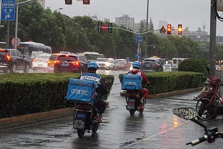 2019年8月9日,台风突袭上海外卖小哥风雨中送餐【媒体用图】图片