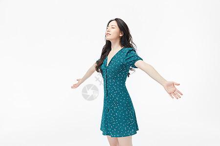 气质美女张开双手拥抱阳光图片