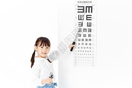 可爱小女孩指视力表图片