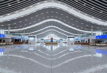 宽敞的青岛高铁站候车大厅图片
