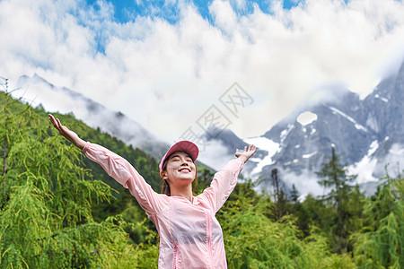 运动女生拥抱大自然图片
