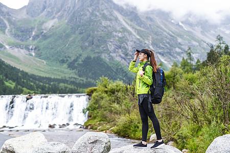 背包徒步眺望的女生图片