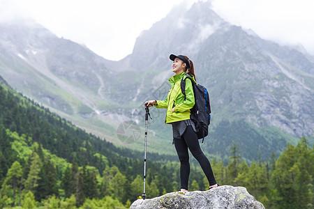 户外登山杖运动的女生图片