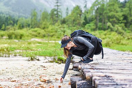 中途休息的运动女生图片