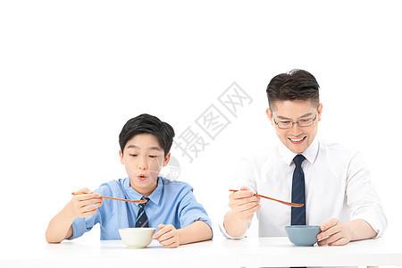 父子一起吃饭图片