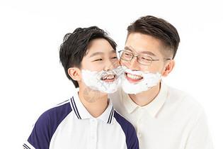 父子一起剃胡子图片