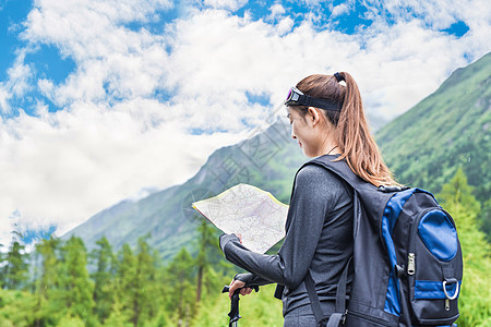 徒步看地图的女生图片