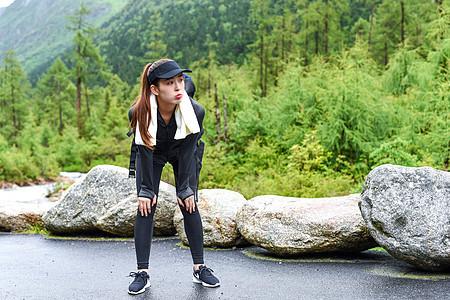 女子徒步劳累疲惫图片
