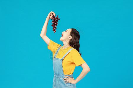 活力时尚少女吃葡萄图片