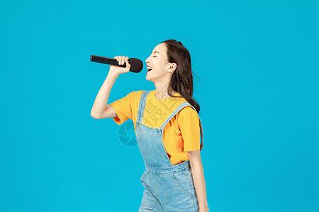 活力时尚少女唱歌图片