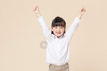 小女孩庆祝胜利图片