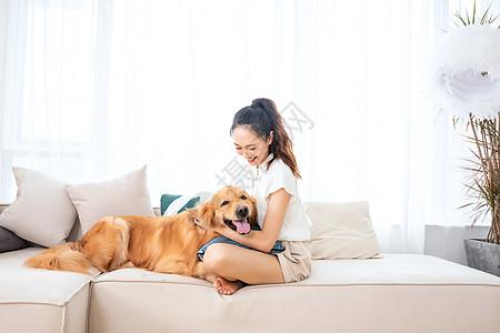 美女与宠物金毛犬相伴图片