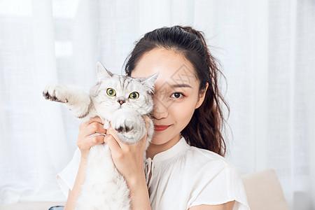 年轻美女在家撸猫图片