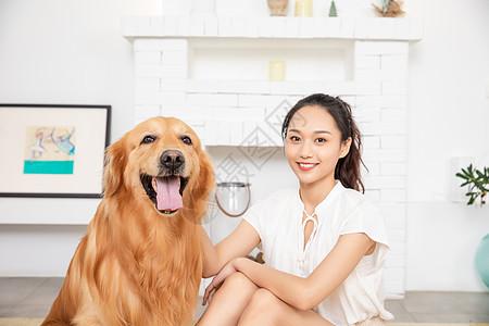 年轻美女和金毛犬快乐相伴图片