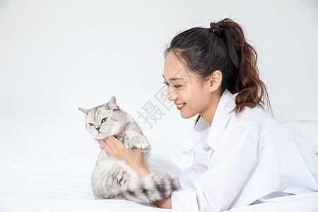 美女和宠物猫相伴图片