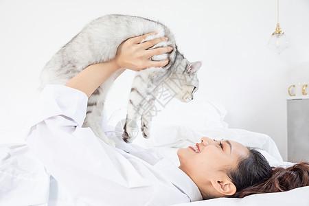 美女抱着宠物猫嬉戏图片