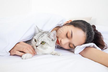 美女抱着宠物猫睡觉图片