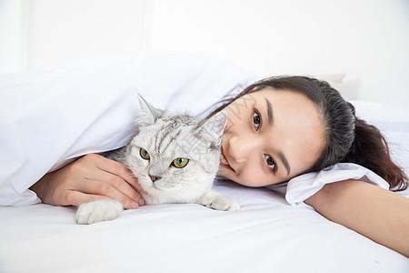 美女抱着宠物猫图片