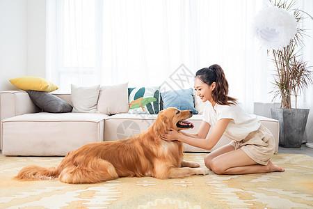 美女与宠物狗相伴图片