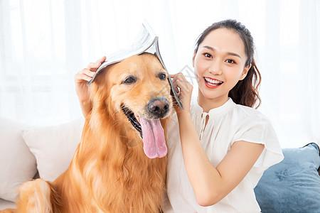 美女金毛犬宠物生活图片