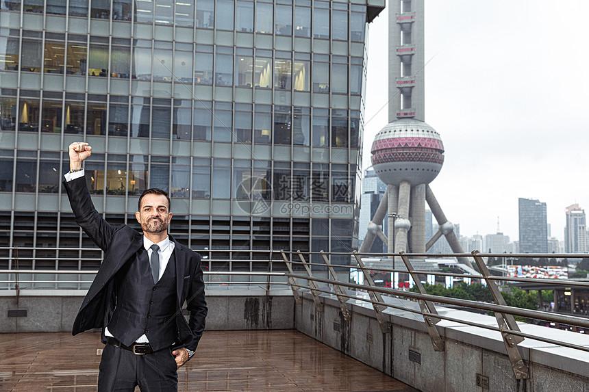 外国商务男士户外天台加油手势图片