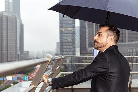 外国商务男性撑伞远看图片
