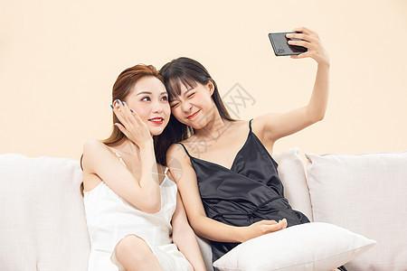 青年女闺蜜坐在沙发自拍图片