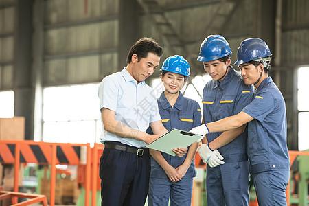国企工人工程师和领导交谈图片