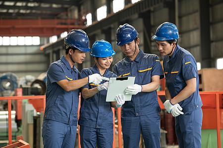 国企工人工作交谈图片