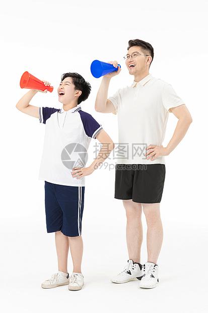 父子一起拿着喇叭大叫图片
