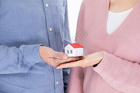 夫妻手捧房子图片
