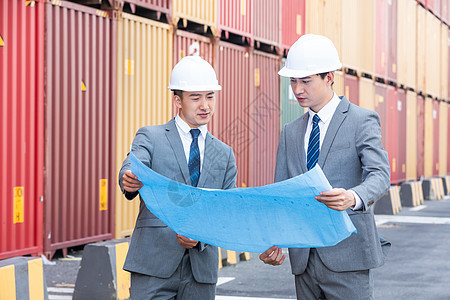港口码头的男性商人看图纸图片