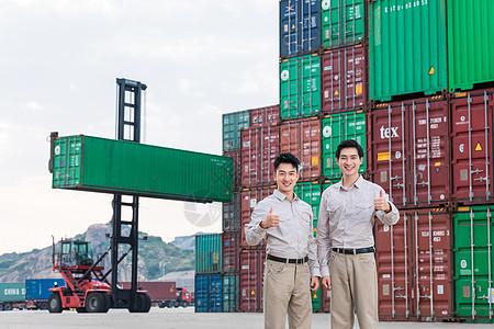 工人在港口码头点赞图片