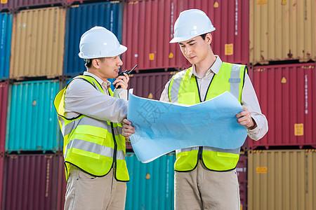 码头工作人员拿图纸图片