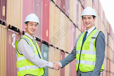 工作人员在码头握手图片