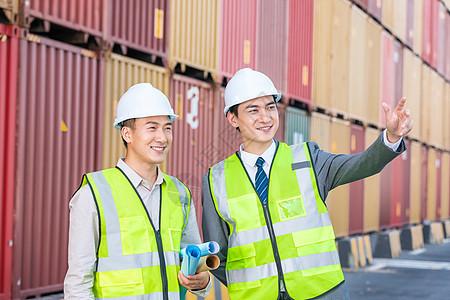 工作人员在码头看远方图片