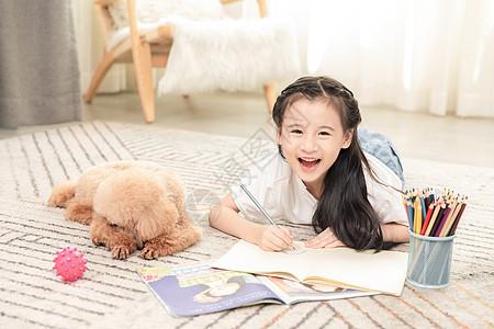狗狗陪伴小女孩做作业图片