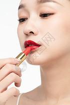 女性美妆涂口红图片