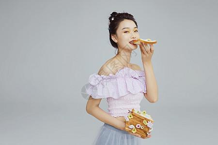 文艺青年女性吃面包图片