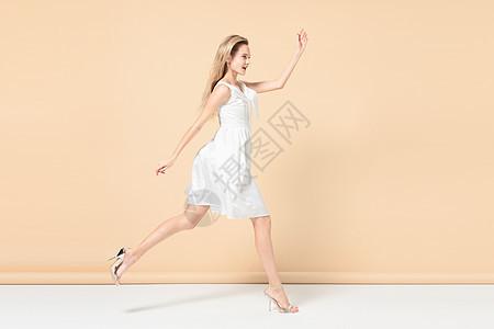 奔跑中的时尚性感外模图片